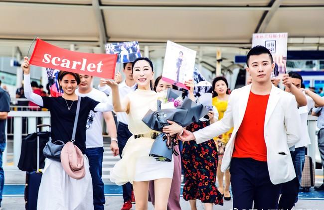 """Loạt khách mời vô danh khiến thảm đỏ Cannes """"dậy sóng"""": Ăn mặc lố lăng, có người còn uốn éo khoe luôn vòng 1 - Ảnh 12."""