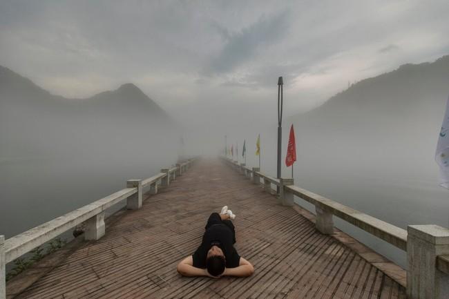 """Giới trẻ Trung Quốc kéo nhau nghỉ việc và """"nằm yên mặc kệ"""" sự đời, chính phủ đau đầu và quyết định ra tay ngăn chặn - Ảnh 1."""