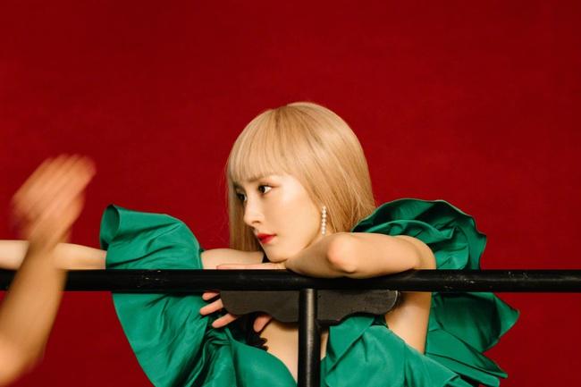 """34 tuổi mới """"thèm"""" nhuộm tóc chất chơi, Dương Mịch giống Taeyeon như tạc - Ảnh 1."""