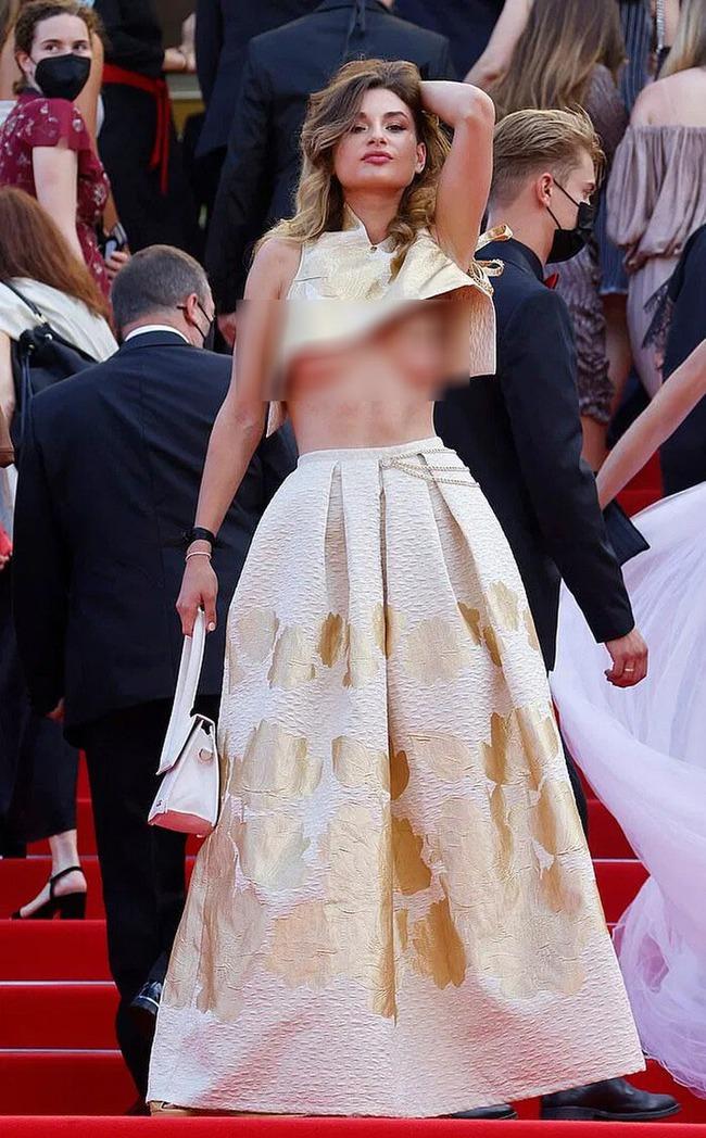 """Loạt khách mời vô danh khiến thảm đỏ Cannes """"dậy sóng"""": Ăn mặc lố lăng, có người còn uốn éo khoe luôn vòng 1 - Ảnh 2."""