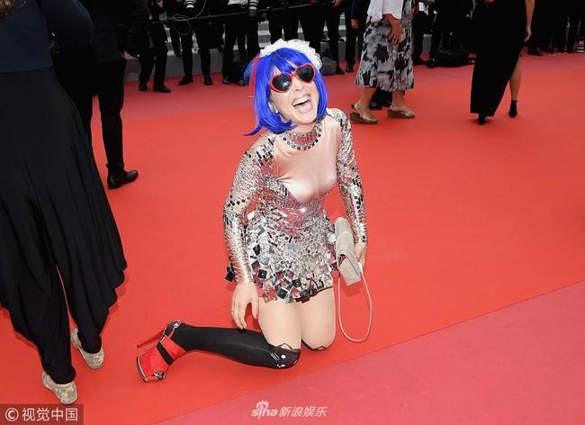 """Loạt khách mời vô danh khiến thảm đỏ Cannes """"dậy sóng"""": Ăn mặc lố lăng, có người còn uốn éo khoe luôn vòng 1 - Ảnh 5."""