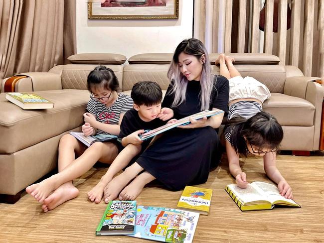 Hot mom Tia Liêu khoe khoảnh khắc yên bình đọc sách bên các con, ai cũng khen lũ trẻ giỏi hơn cả người lớn chỉ nhờ 1 chi tiết nhỏ - Ảnh 2.