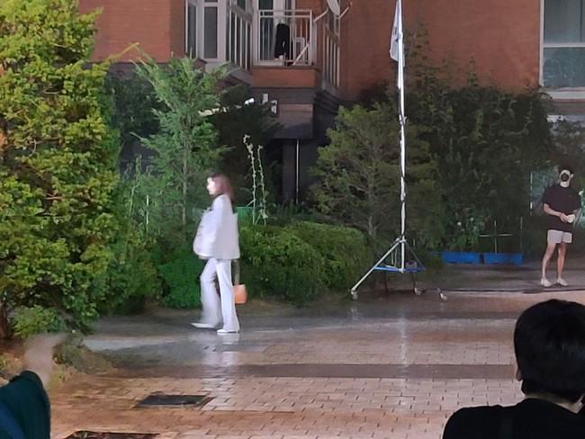 Lộ tạo hình của Park Min Young trong phim đóng với Song Kang của Nevertheless: Giống hệt như Thư ký Kim? - Ảnh 5.