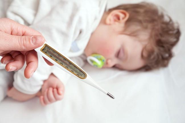 BS Nhi khoa chỉ ra 5 điều NÊN và KHÔNG NÊN làm khi con bị sốt co giật, điều thứ 2 bố mẹ thường mắc phải - Ảnh 1.