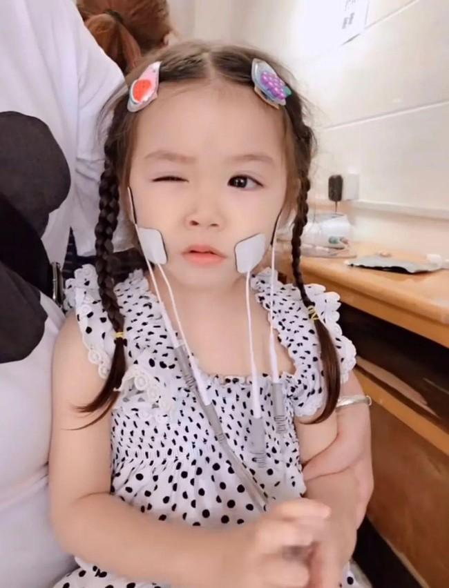 """""""Thiên thần câm lạc xuống trần gian"""": Đằng sau gương mặt xinh đẹp là bi kịch mà bé gái 5 tuổi phải gánh chịu suốt đời - Ảnh 10."""