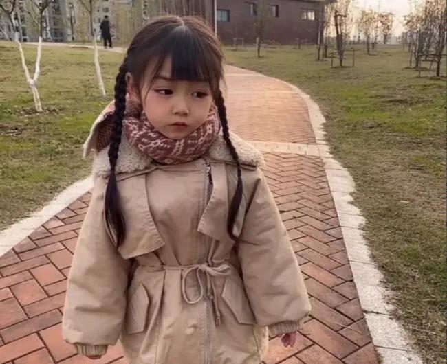 """""""Thiên thần câm lạc xuống trần gian"""": Đằng sau gương mặt xinh đẹp là bi kịch mà bé gái 5 tuổi phải gánh chịu suốt đời - Ảnh 7."""