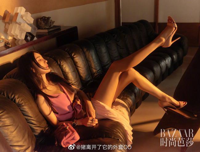 """Xuýt xoa trước """"đôi chân vàng"""" cực phầm đẹp không tì vết của Dương Mịch - Ảnh 2."""
