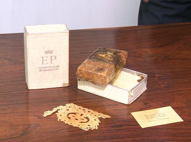 Điều ít biết về chiếc bánh cưới của Nữ hoàng Anh, ẩn chứa bí mật đặc biệt sau 68 năm vẫn ăn được bình thường - Ảnh 4.