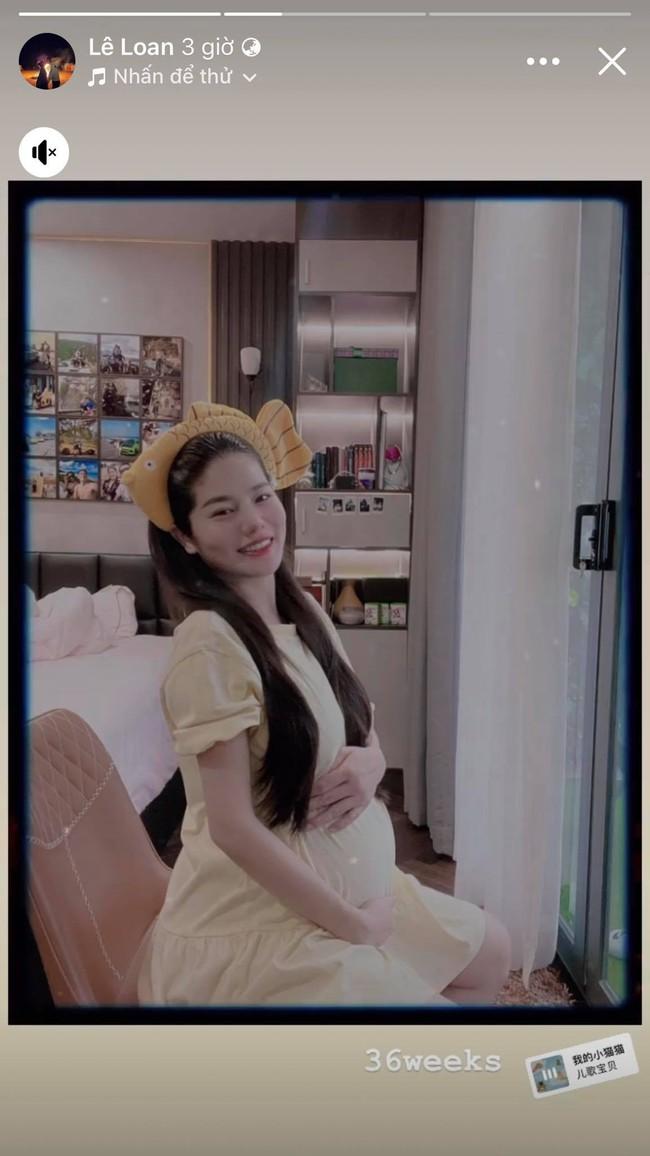 Bà bầu quý tộc Lê Loan khoe ảnh diện váy bầu giản dị những ngày cuối thai kỳ, sắc vóc thế nào mà dân tình thả tim mỏi tay - Ảnh 1.