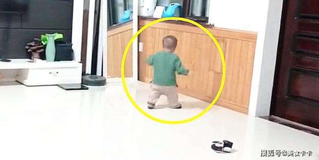 Hành động bất thường khi bị mắng của cháu trai 1 tuổi khiến bà nội sợ xanh mặt đầu hàng, dân mạng khuyên phụ huynh sớm can thiệp  - Ảnh 1.