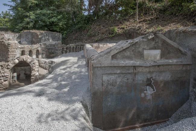 Phát hiện ngôi mộ đồ sộ với xác ướp 2.000 năm tuổi, các nhà khảo cổ choáng váng khi nhìn đến vùng đầu, sự lạ rợn người không ai giải thích nổi  - Ảnh 1.