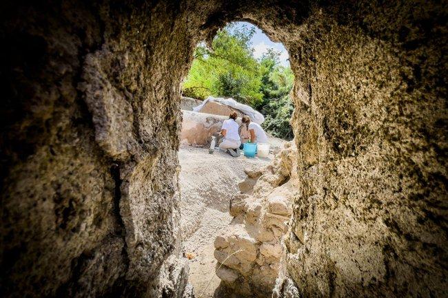 Phát hiện ngôi mộ đồ sộ với xác ướp 2.000 năm tuổi, các nhà khảo cổ choáng váng khi nhìn đến vùng đầu, sự lạ rợn người không ai giải thích nổi  - Ảnh 2.