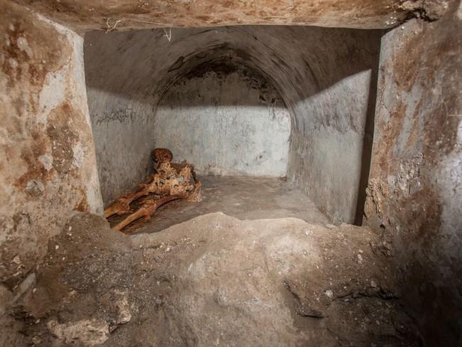 Phát hiện ngôi mộ đồ sộ với xác ướp 2.000 năm tuổi, các nhà khảo cổ choáng váng khi nhìn đến vùng đầu, sự lạ rợn người không ai giải thích nổi  - Ảnh 6.