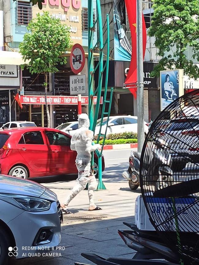 """""""Xác ướp"""" đeo khẩu trang tung tăng đi bộ đường phố Thái Nguyên - Ảnh 2."""