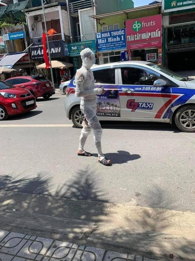 """""""Xác ướp"""" đeo khẩu trang tung tăng đi bộ đường phố Thái Nguyên - Ảnh 1."""