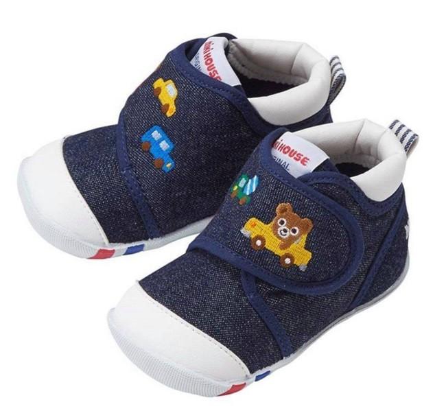 Con trai Đặng Thu Thảo diện bộ đồ giá bình dân nhưng lại mang đôi giày hàng hiệu đắt giật mình  - Ảnh 4.