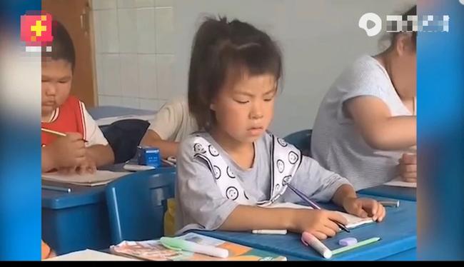 Biểu cảm bá đạo của bé gái khi chép bài bạn gây bão mạng xã hội, cách xử lý của cậu bé ngồi bên càng tấu hài hết cỡ  - Ảnh 2.