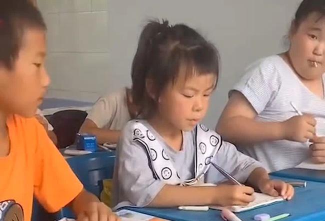 Biểu cảm bá đạo của bé gái khi chép bài bạn gây bão mạng xã hội, cách xử lý của cậu bé ngồi bên càng tấu hài hết cỡ  - Ảnh 4.