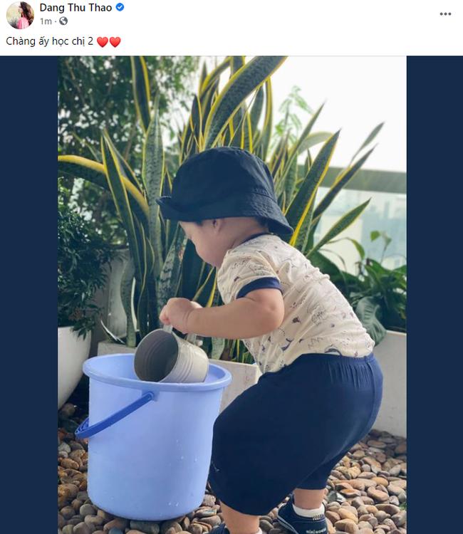 Con trai Đặng Thu Thảo gần 1 tuổi đã biết học chị gái làm việc này giúp mẹ - Ảnh 2.