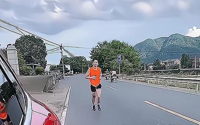 Cãi cọ thua vợ, chồng chạy bộ 30km chạy về mách mẹ vợ và cái kết bất ngờ của màn phán xử! - Ảnh 2.
