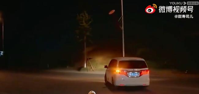Triệu Lộ Tư vội vã lên xe rời đi trong đêm, để lộ mặt mộc xinh đẹp, làn da căng bóng thế nào mà netizen khen ngợi - Ảnh 4.
