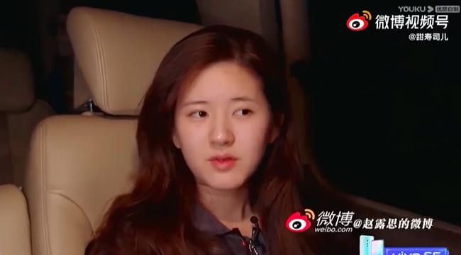 Triệu Lộ Tư vội vã lên xe rời đi trong đêm, để lộ mặt mộc xinh đẹp, làn da căng bóng thế nào mà netizen khen ngợi - Ảnh 1.