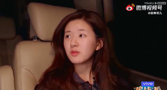 Triệu Lộ Tư vội vã lên xe rời đi trong đêm, để lộ mặt mộc xinh đẹp, làn da căng bóng thế nào mà netizen khen ngợi - Ảnh 2.