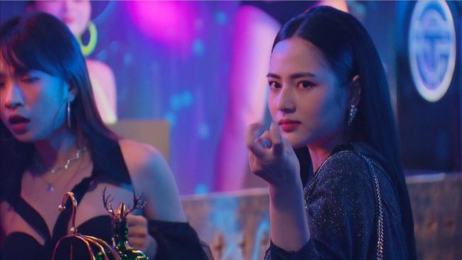 """Hương vị tình thân: Thiên Nga vẫn chơi chiêu bẩn, đối đầu Nam ở quán bar, Nam biểu cảm """"chị lại sợ cưng quá!"""" - Ảnh 4."""