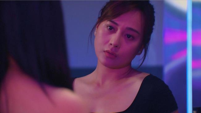 """Hương vị tình thân: Thiên Nga vẫn chơi chiêu bẩn, đối đầu Nam ở quán bar, Nam biểu cảm """"chị lại sợ cưng quá!"""" - Ảnh 3."""