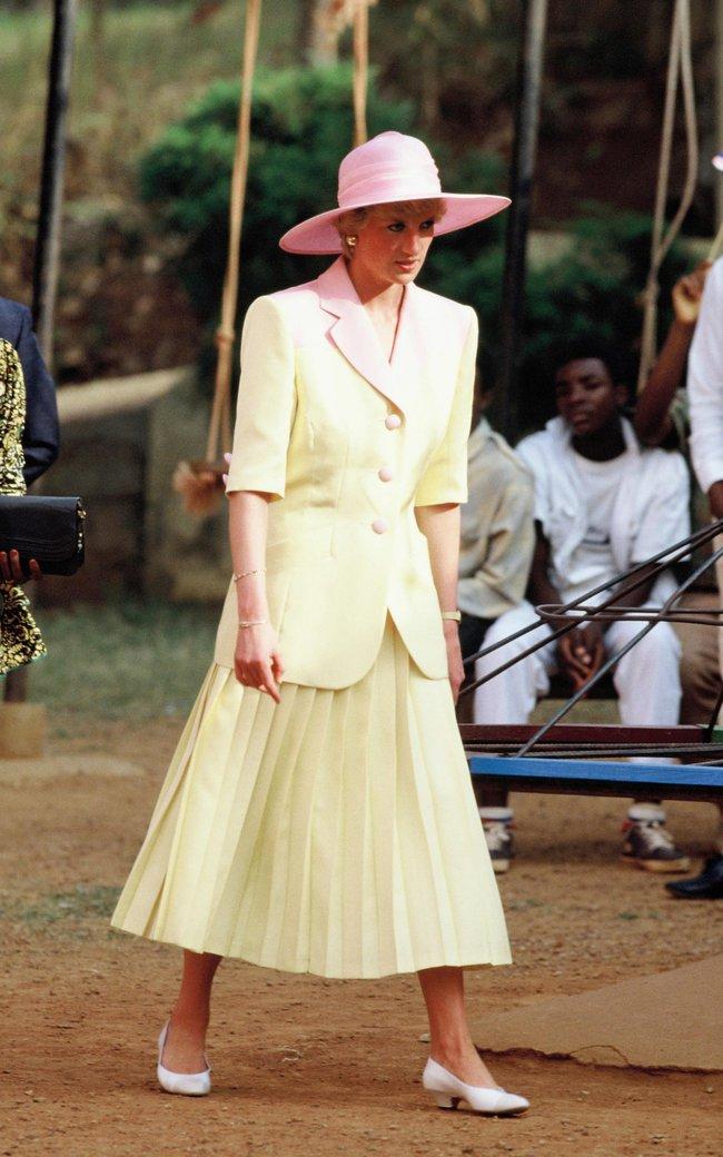 Bộ đầm dạ hội của Công nương Diana trong phim: Thiết kế của Chanel từ năm 1988, mất 1034 giờ chỉnh sửa - Ảnh 10.
