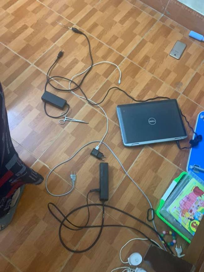 Học online tại nhà, bé trai Hà Nội 10 tuổi bị điện giật chết thương tâm, nghi do cầm kéo chọc vào ổ điện - Ảnh 1.
