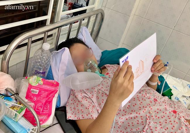 Mẹ nhiễm COVID-19 trở nặng phải chuyển viện, bác sĩ gói hình con mới sinh theo hành trang sản phụ, cầu mong phép màu - Ảnh 2.