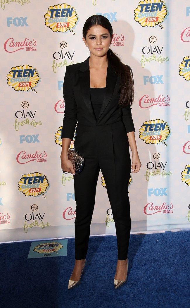 """Chưa đến 30 tuổi nhưng Selena Gomez nhiều lần lên đồ già chát như """"bà thím"""", chị em xem ngay để rút kinh nghiệm - Ảnh 7."""