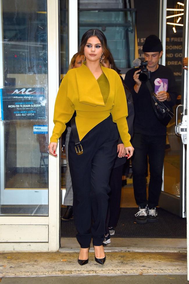 """Chưa đến 30 tuổi nhưng Selena Gomez nhiều lần lên đồ già chát như """"bà thím"""", chị em xem ngay để rút kinh nghiệm - Ảnh 4."""
