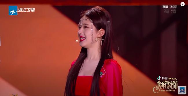 Triệu Lộ Tư mặc váy đỏ, đàn múa đẹp mắt thế nào mà fan cứ réo gọi Trần Thiên Thiên trong lời đồn - Ảnh 8.
