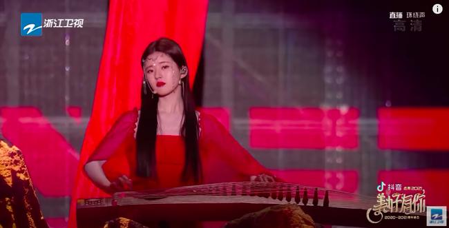 Triệu Lộ Tư mặc váy đỏ, đàn múa đẹp mắt thế nào mà fan cứ réo gọi Trần Thiên Thiên trong lời đồn - Ảnh 2.