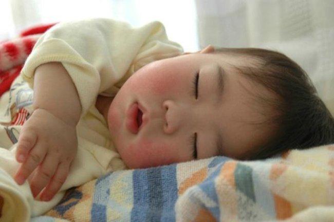 """Khủng hoảng ngủ ở trẻ là gì và 5 gợi ý giúp cha mẹ vượt qua giai đoạn đầy """"giông bão"""" này - Ảnh 2."""
