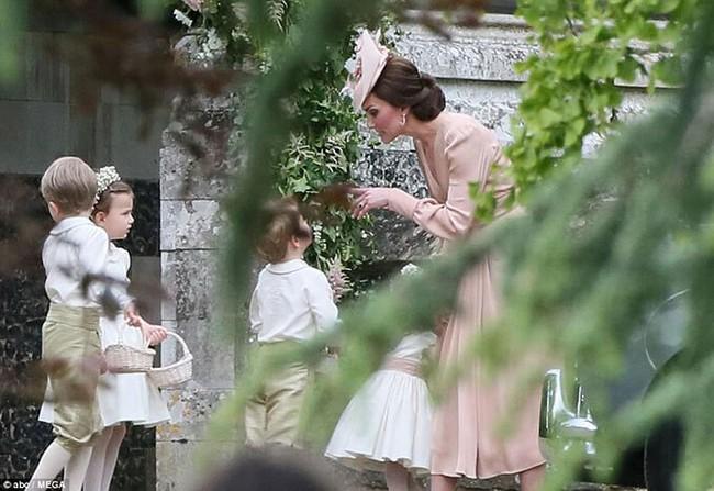 5 lần Công nương Kate mất bình tĩnh trước công chúng: Cau có với chồng và dạy dỗ con trai George - Ảnh 1.