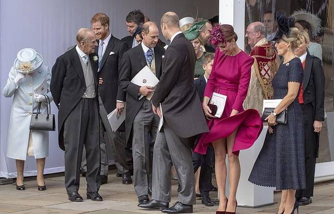 5 lần Công nương Kate mất bình tĩnh trước công chúng: Cau có với chồng và dạy dỗ con trai George - Ảnh 5.