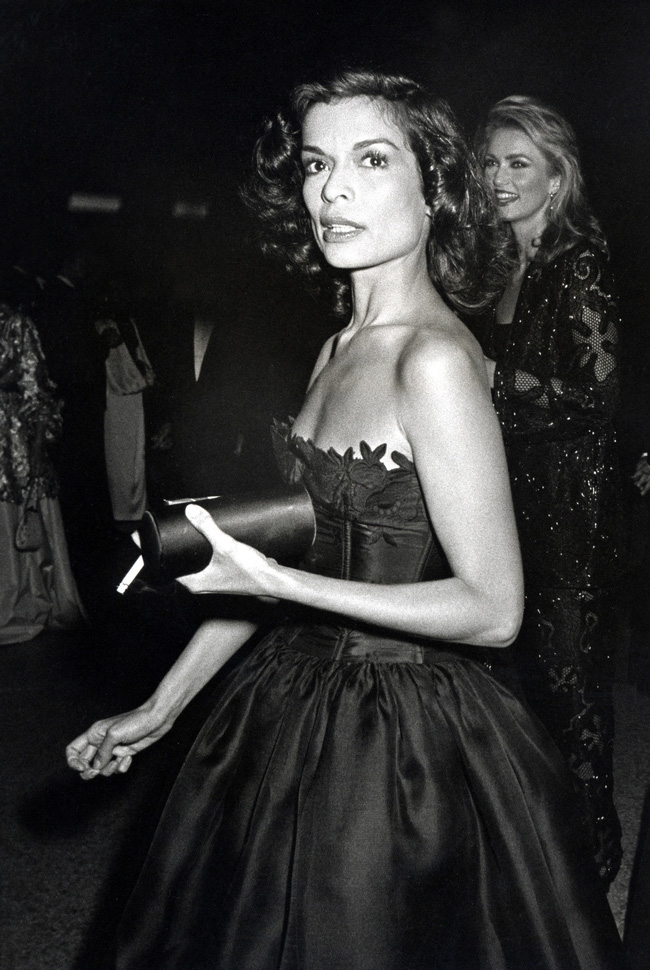 Vogue chọn ra 25 mỹ nhân đẹp nhất mọi thời đại tại thảm đỏ Met Gala  - Ảnh 1.