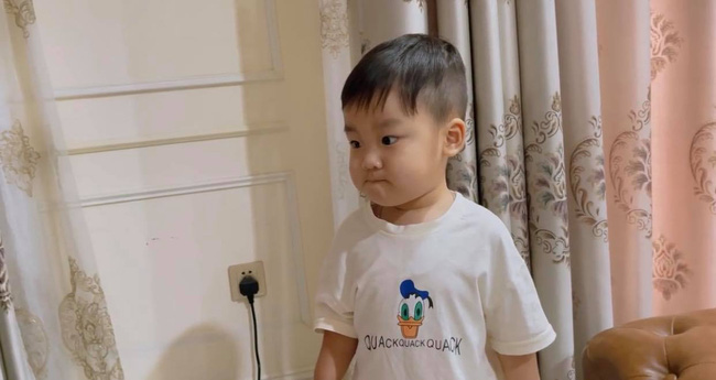 Hòa Minzy khoe con trai cực yêu nhưng dân mạng lại chỉ ra một điểm hết sức nguy hiểm ngay cạnh bé - Ảnh 1.