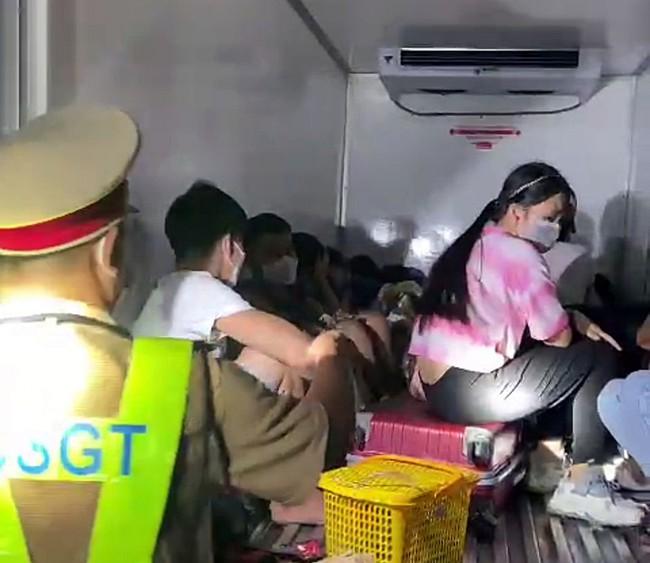"""Vụ giấu 15 người gồm cả trẻ em trong thùng xe đông lạnh để """"thông chốt"""" về quê: Chen chúc nhau, mồ hôi đầm đìa và không thở nổi - Ảnh 1."""