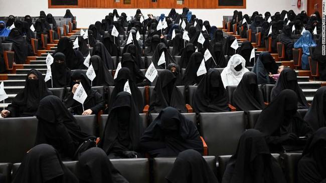 Phụ nữ Afghanistan thách thức Taliban, cùng nhau mặc trang phục truyền thống rực rỡ đang bị lãng quên - Ảnh 1.