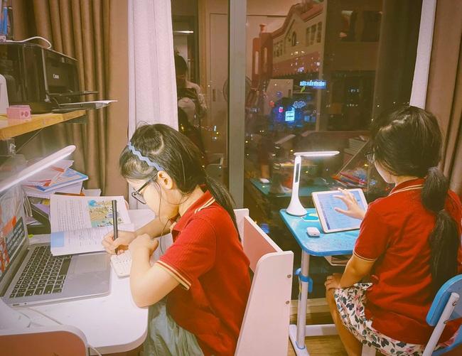 Con học online rơm rớm nước mắt vì không hiểu, hot mom Hà Nội tìm ra 4 giải pháp: Con hết khóc, bố mẹ cười như pháo hoa - Ảnh 2.