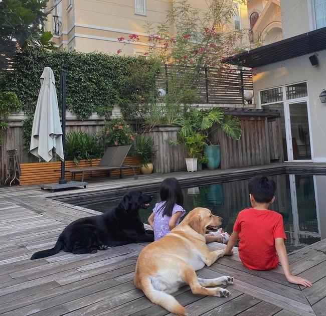 Tăng Thanh Hà khoe con gái ngồi bên bể bơi cực yên bình, mặc chiếc áo giống hệt của con gái Đặng Thu Thảo  - Ảnh 1.