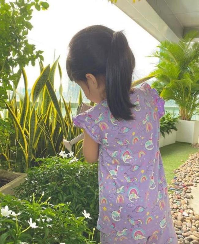 Tăng Thanh Hà khoe con gái ngồi bên bể bơi cực yên bình, mặc chiếc áo giống hệt của con gái Đặng Thu Thảo  - Ảnh 2.