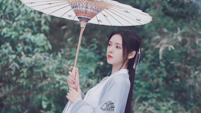 """""""Búp bê"""" Trương Dư Hi mặc váy thủy thủ, người thì gầy gò nhưng da mịn màng, trắng đến """"phát sáng"""" - Ảnh 8."""