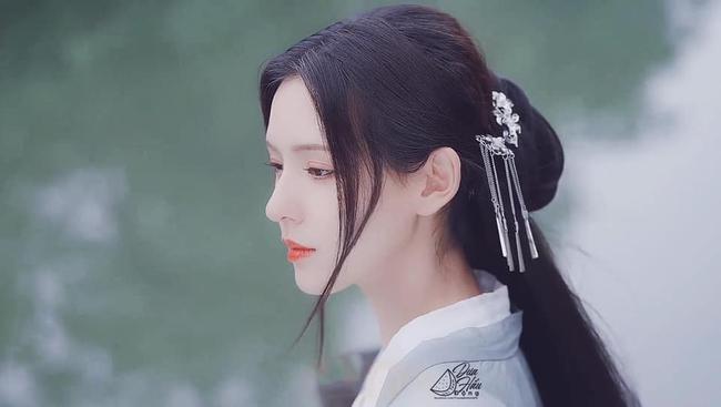 """""""Búp bê"""" Trương Dư Hi mặc váy thủy thủ, người thì gầy gò nhưng da mịn màng, trắng đến """"phát sáng"""" - Ảnh 7."""