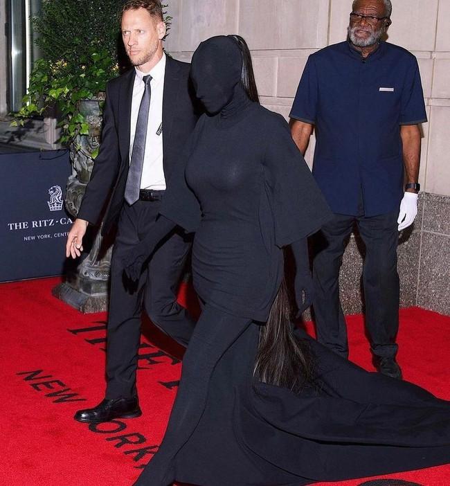 """""""Cô Kim siêu vòng 3"""" chưa hở miếng nào tại Met Gala 2021, đến gương mặt cũng kín bưng thì cô thở bằng cách nào nhỉ? - Ảnh 2."""