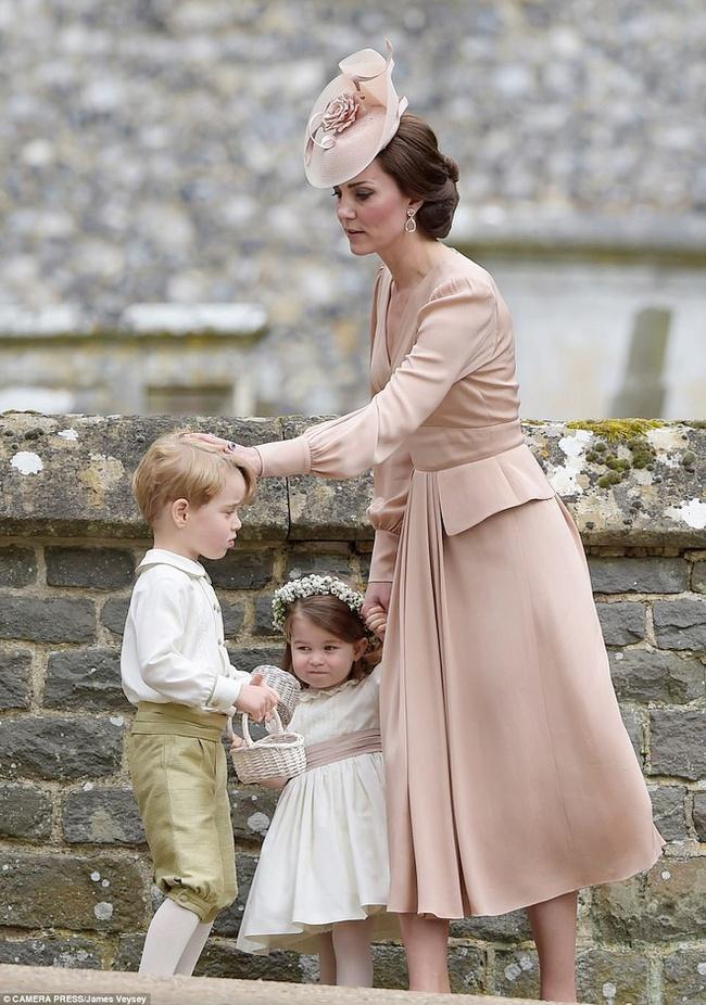 Đưa cả 3 con đến Pháp dự hôn lễ em trai, Công nương Kate có quyết định đầy tinh tế khiến ai cũng nể phục - Ảnh 2.